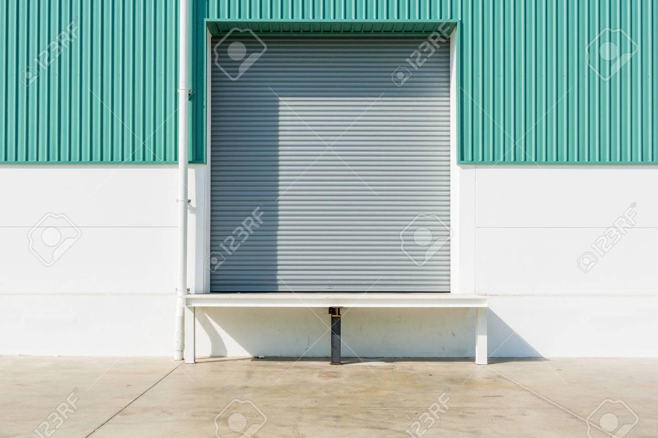 Rollladen-Tür Und Dock-Leveler Rampe Außerhalb Fabrikgebäude Für ...