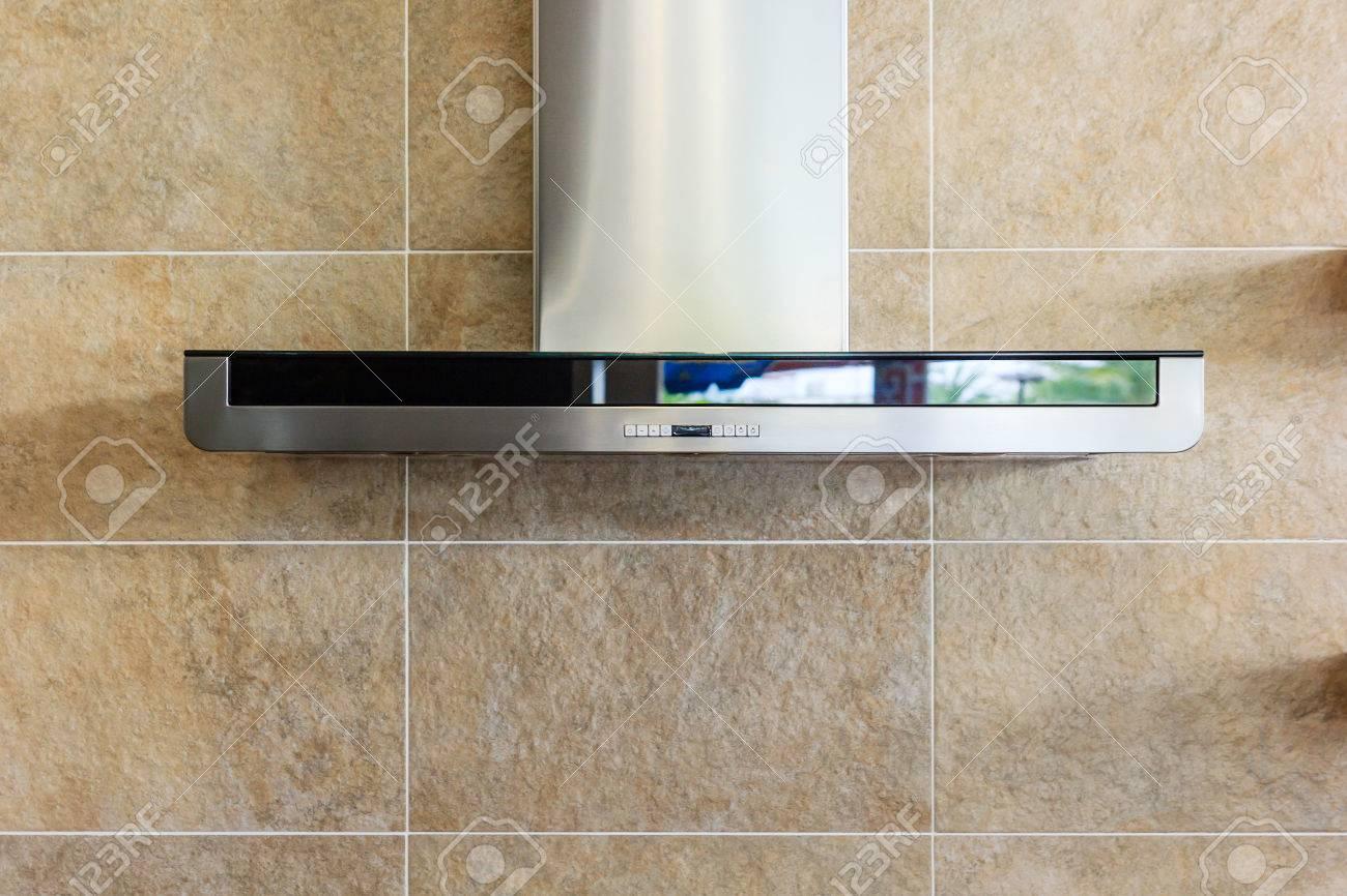 Interieur der modernen küche mit edelstahl dunstabzugshaube