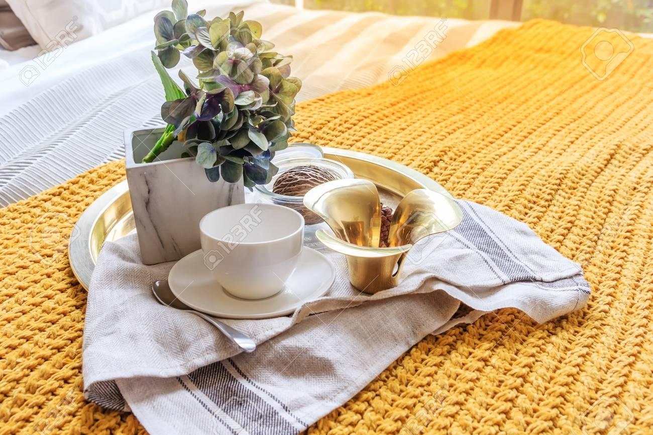 Gouden Dienblad Van Koffiekopje Met Vaas Plant Op Bed In Luxe Zwarte ...