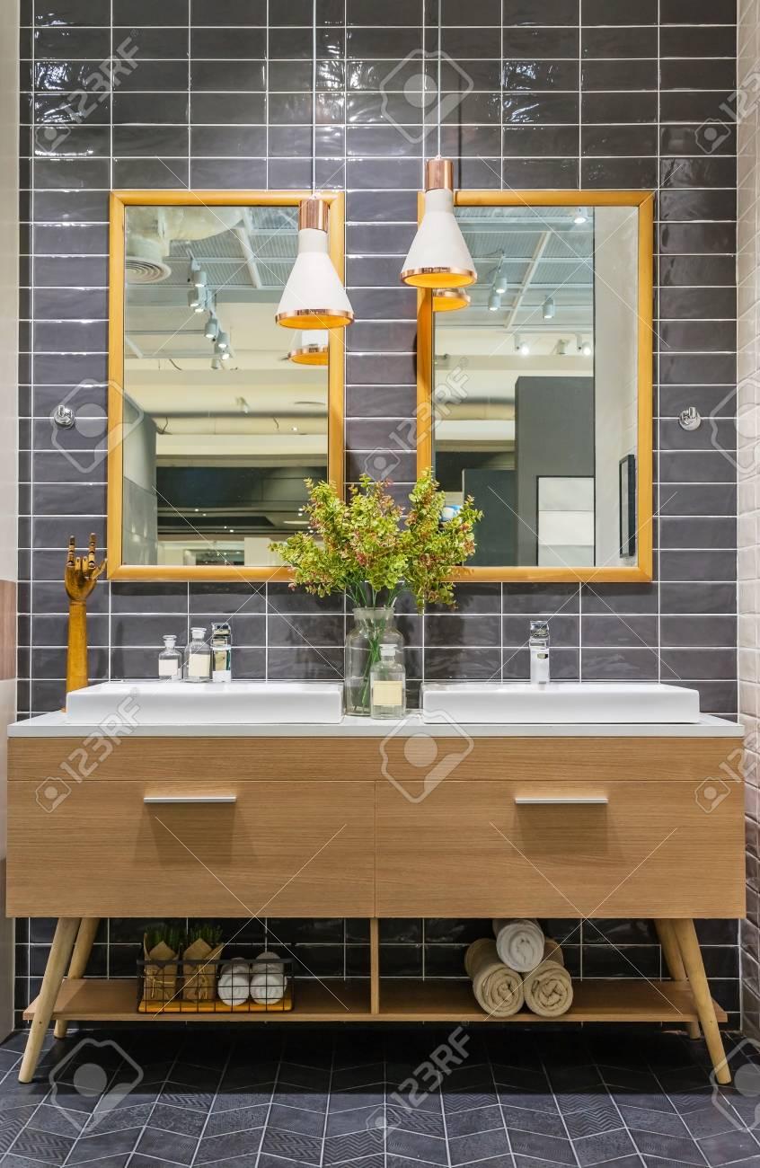 Modernes Badezimmer Interieur Im Vordergrund Der Theke Waschbecken ...