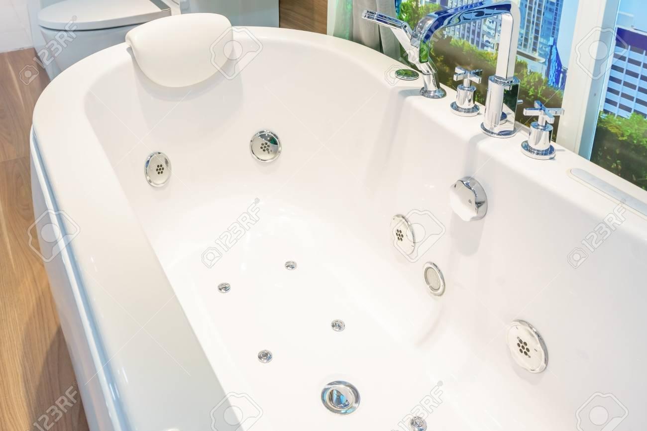 Badkamer interieur in prachtige luxe witte badkuip decoratie royalty