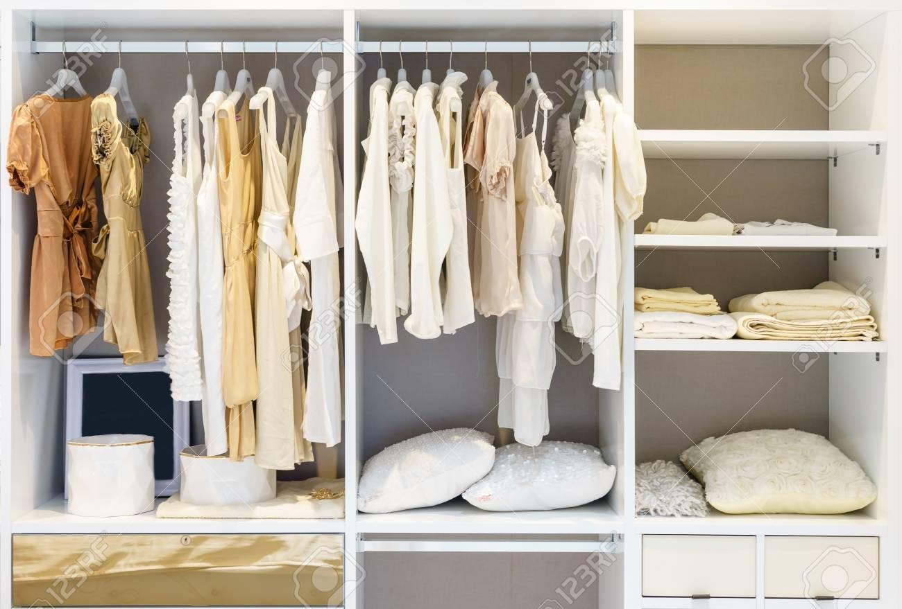 Terrific Kleiderschrank Design Decoration Of Moderne Holzschrank Mit Kleidung Auf Der Schiene