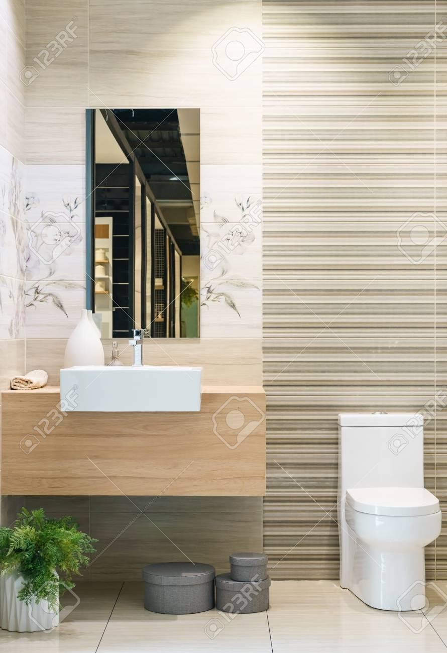 Intérieur de salle de bains moderne au premier plan de comptoir de fret  dans un style industriel en utilisant les installations industriels