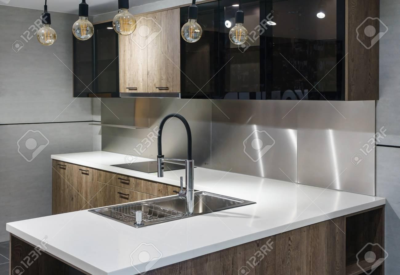 Helle Moderne Küche Mit Geräten Aus Edelstahl. Innenarchitektur ...