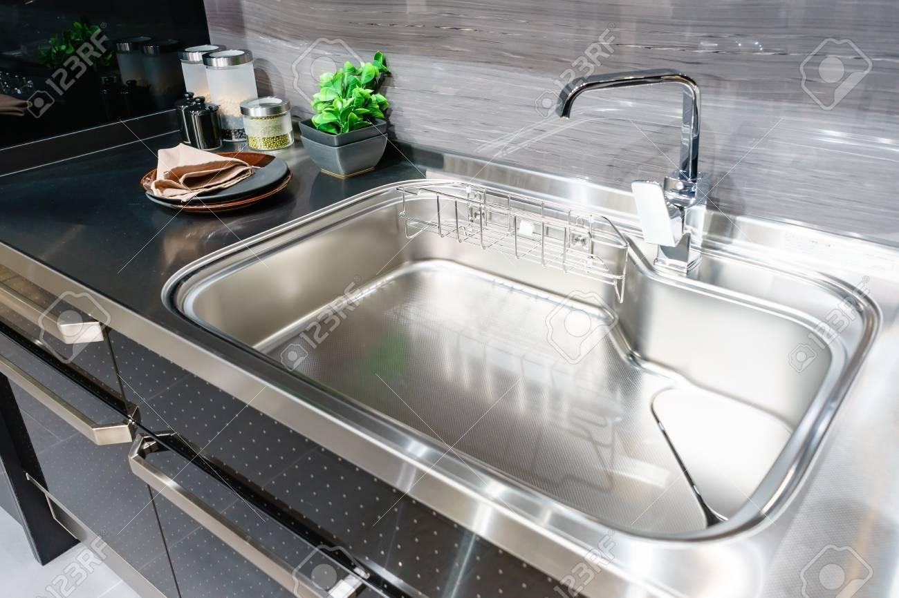 banque dimages vue dangle de lvier de cuisine avec robinet en argent dans la cuisine comptoir moderne avec vier dans la cuisine concept de design