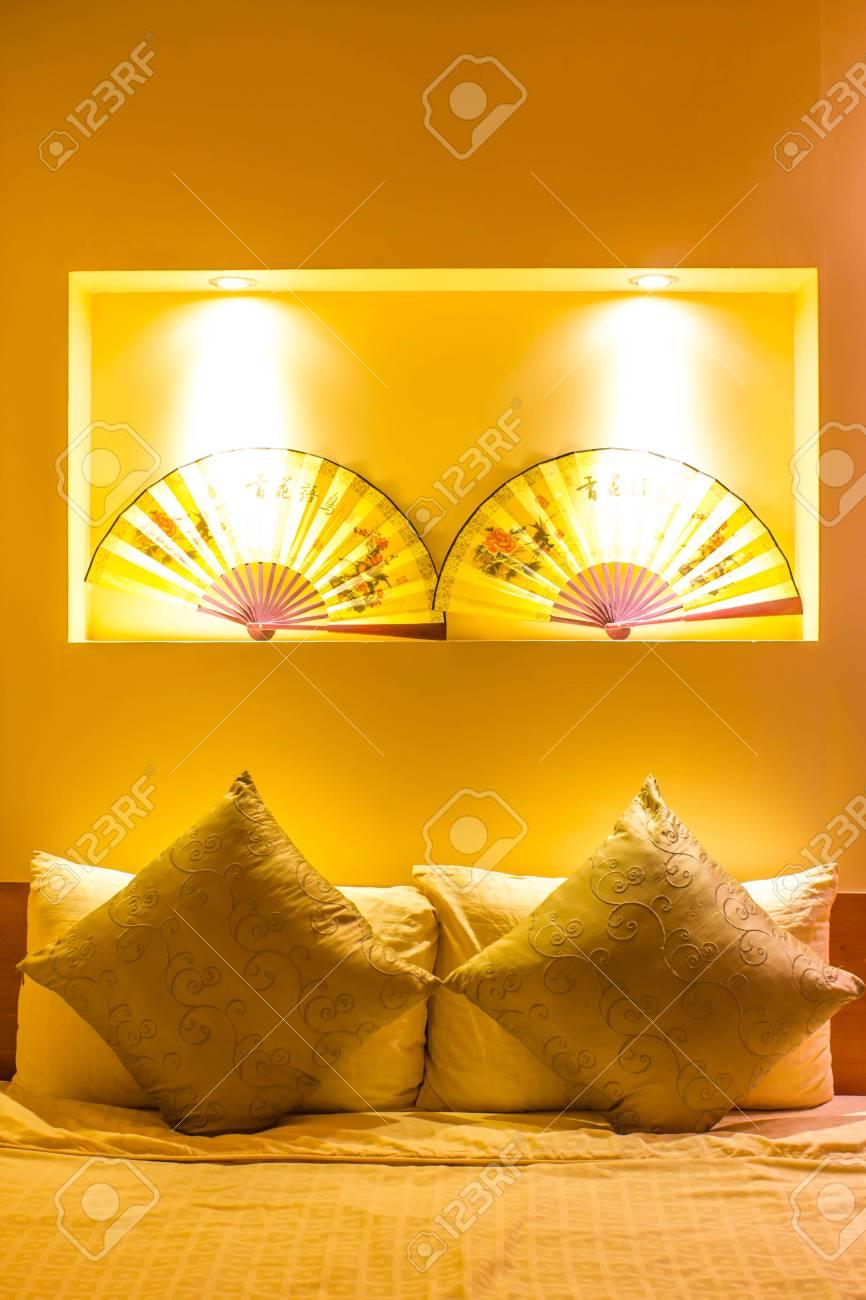 Warme Beleuchtung Aus Schönen Lampen Im Schlafzimmer Lizenzfreie ...