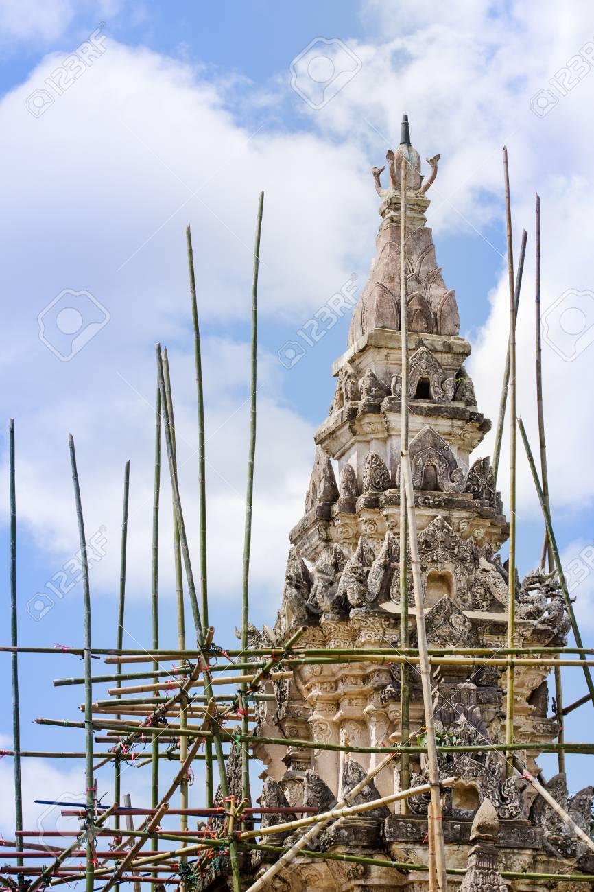 renovierung von alten pagode mit holzgerüst, nördlich von thailand