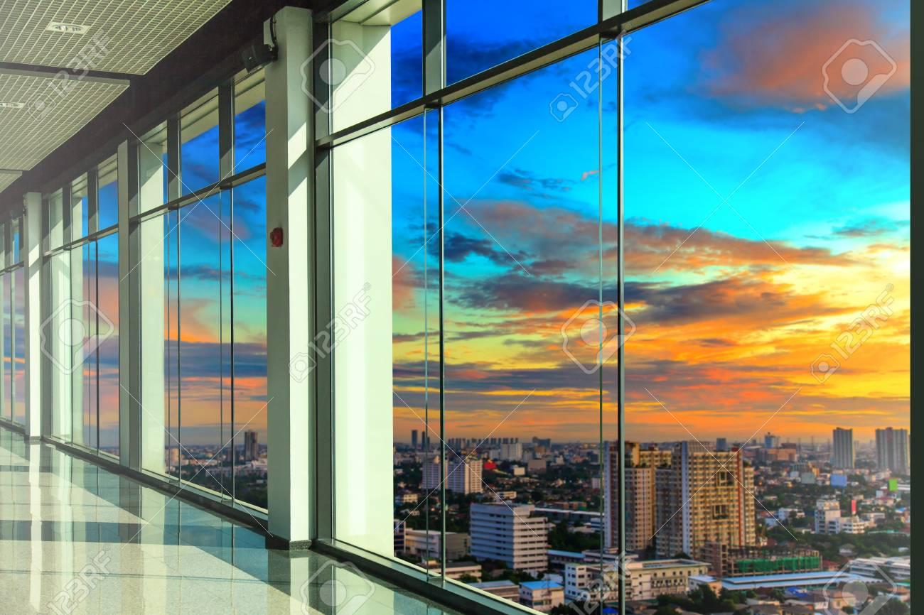 Fenêtres en immeuble de bureaux moderne banque dimages et photos