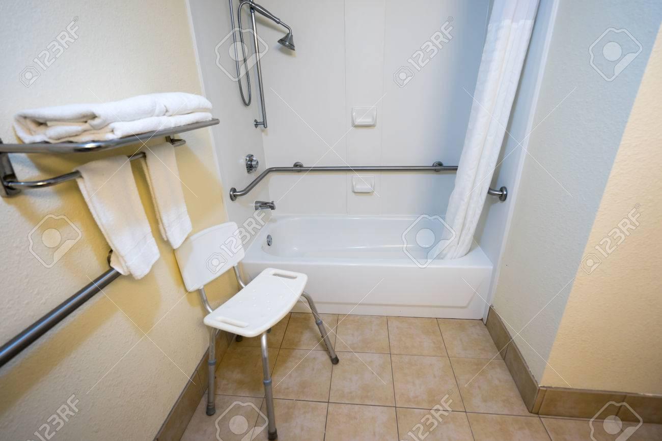 Acceso para discapacitados del hotel Cuarto de baño con una silla y ducha  Bañera Pasamanos