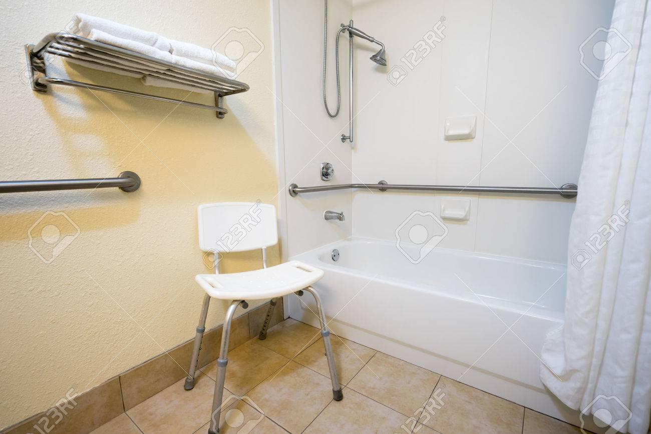 Banque Du0027images   Handicap Hotel Salle De Bain Avec Douche Baignoire Rails  à Main Et Chaise