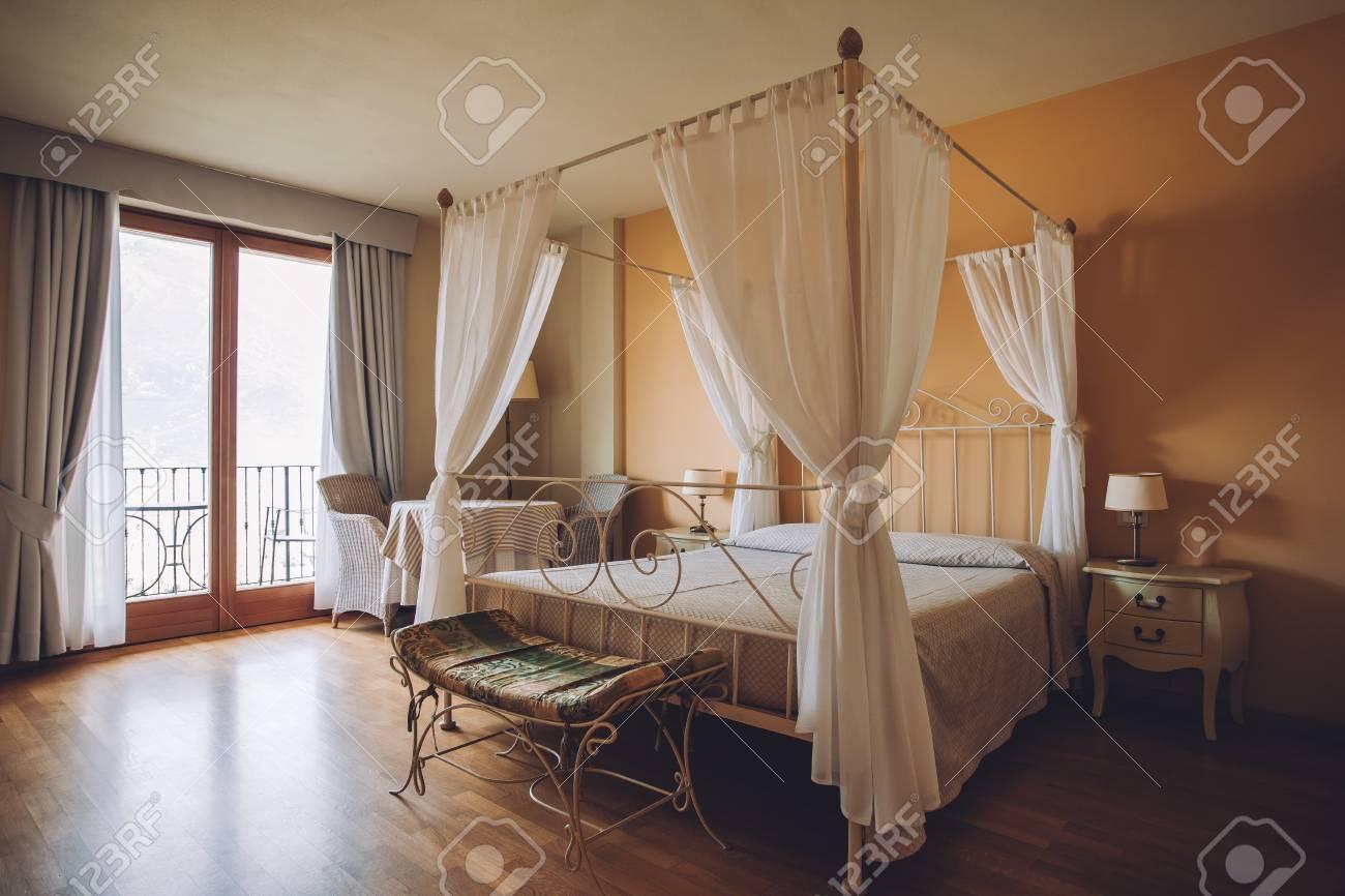 Schlafzimmer In Sanften Hellen Farben. Großes, Komfortables Doppelbett Im  Eleganten Klassischen Interieur Standard