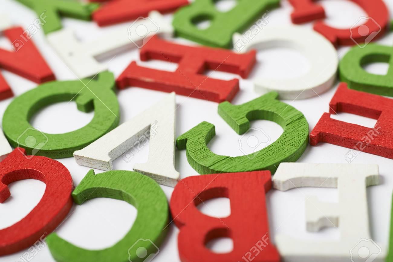 Lettere Di Legno Colorate : Superficie coperta di lettere di legno colorato rosso verde