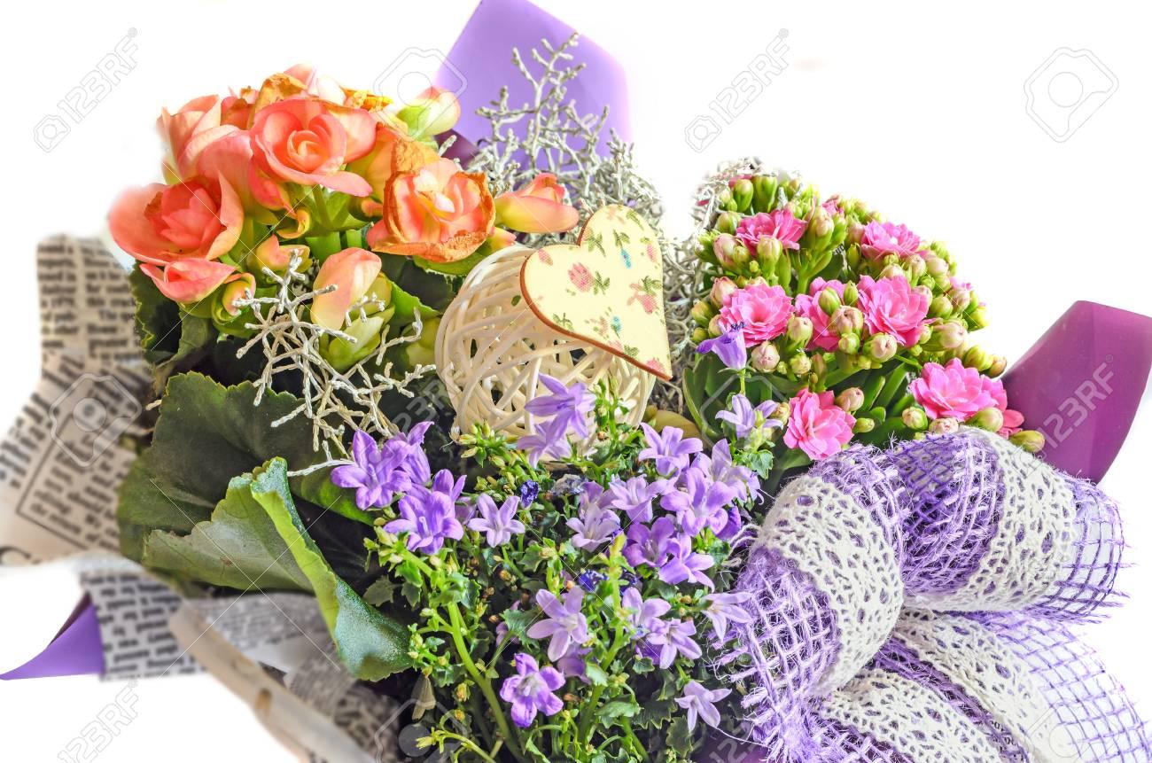 Arreglo Floral Envuelto En Papel De Periódico Con Flores Silvestres Flores De Color Rosa Malva Calandiva Kalanchoe Arco Violeta