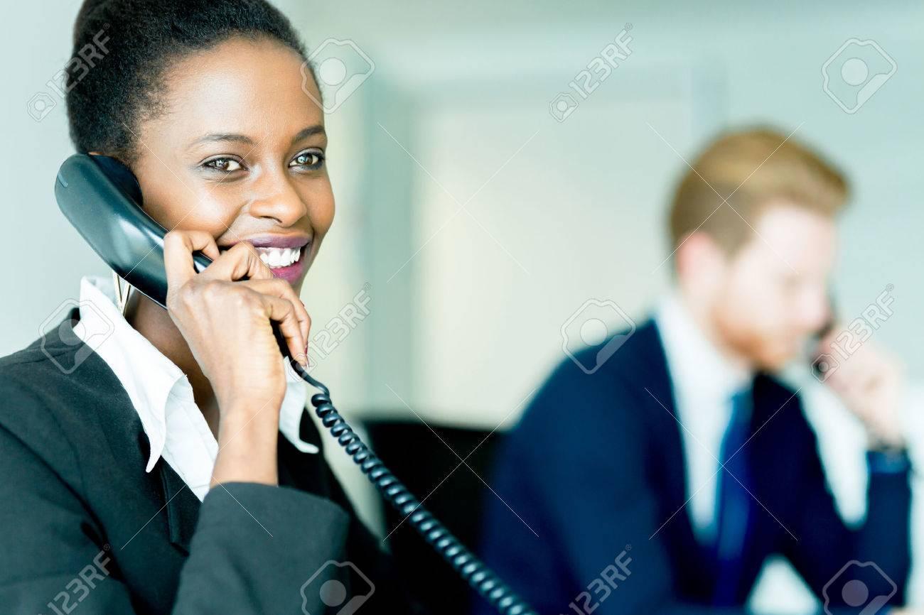 Ein Schönes, Schwarzes, Junge Frau Arbeitet In Einem Callcenter In ...