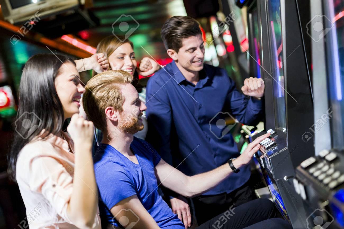 Grupo De Jovenes De Los Juegos De Azar En Un Casino De Juego Ranura