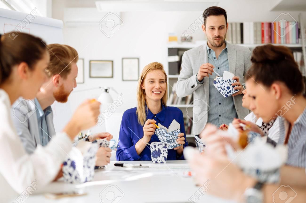 Kollegen Im Buro Wahrend Der Mittagspause Essen Lizenzfreie Fotos