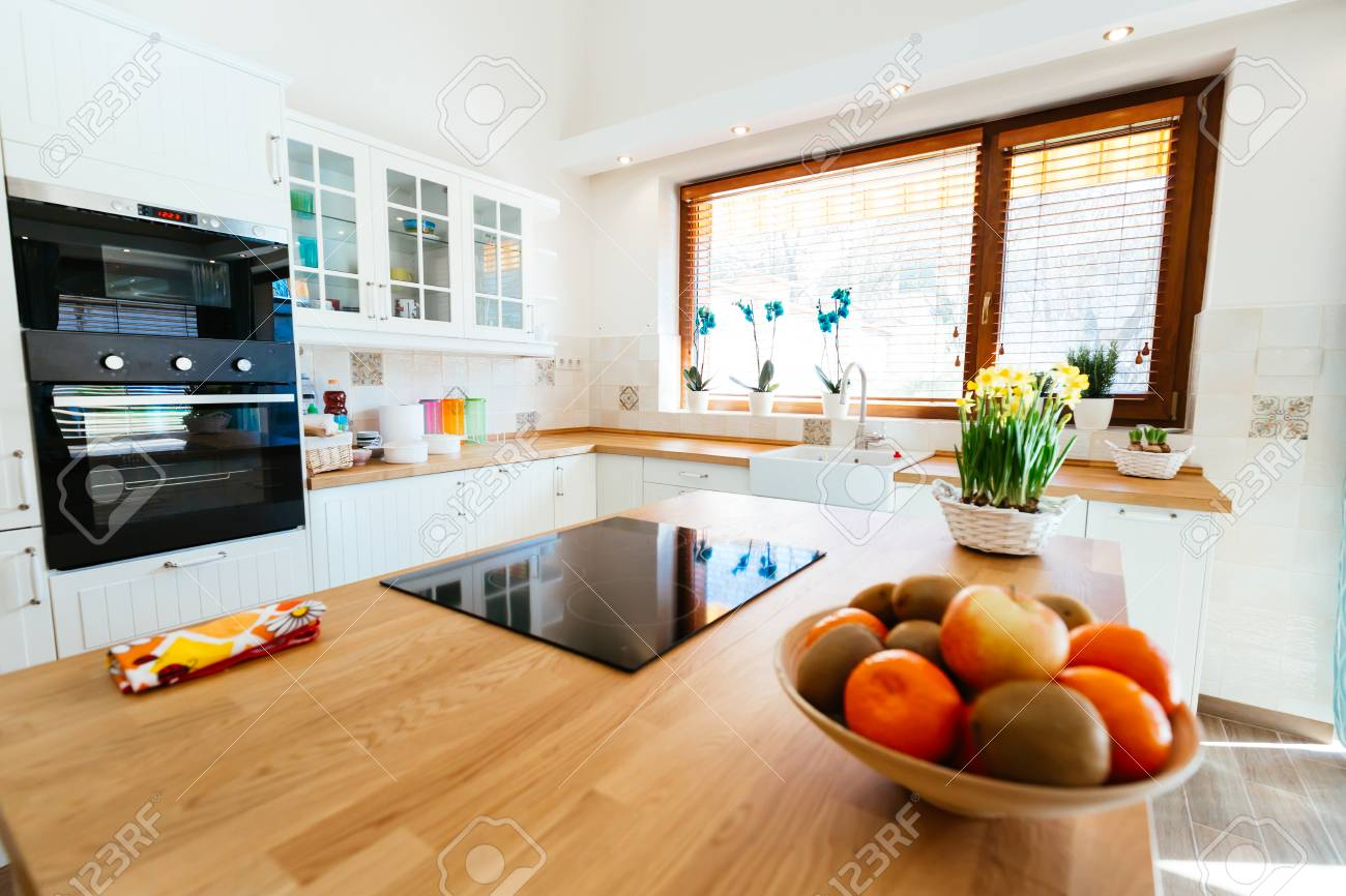 Moderne, Helle Küche Lizenzfreie Fotos, Bilder Und Stock Fotografie ...