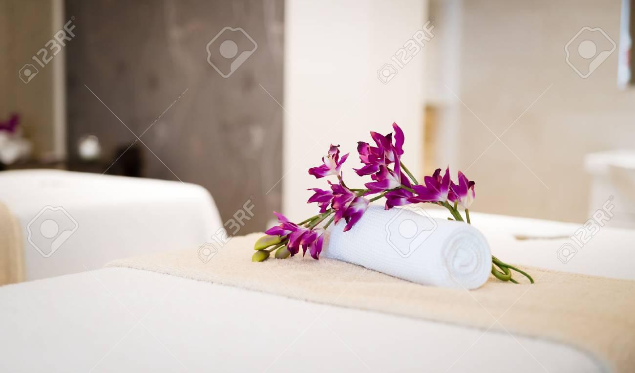 Schöne Wellness-Massage Salon Dekoriert Interieur Lizenzfreie Fotos ...