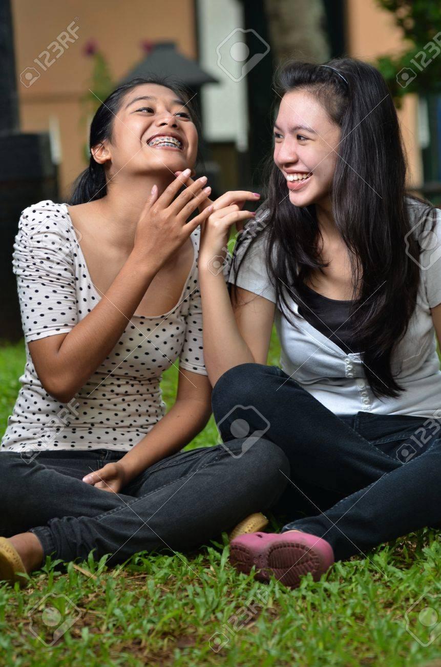 Dos Muchachas Bonitas Del Sudeste Asiático Compartiendo Historias Emocionantes Chismosas Con Entusiasmo En Escena Al Aire Libre