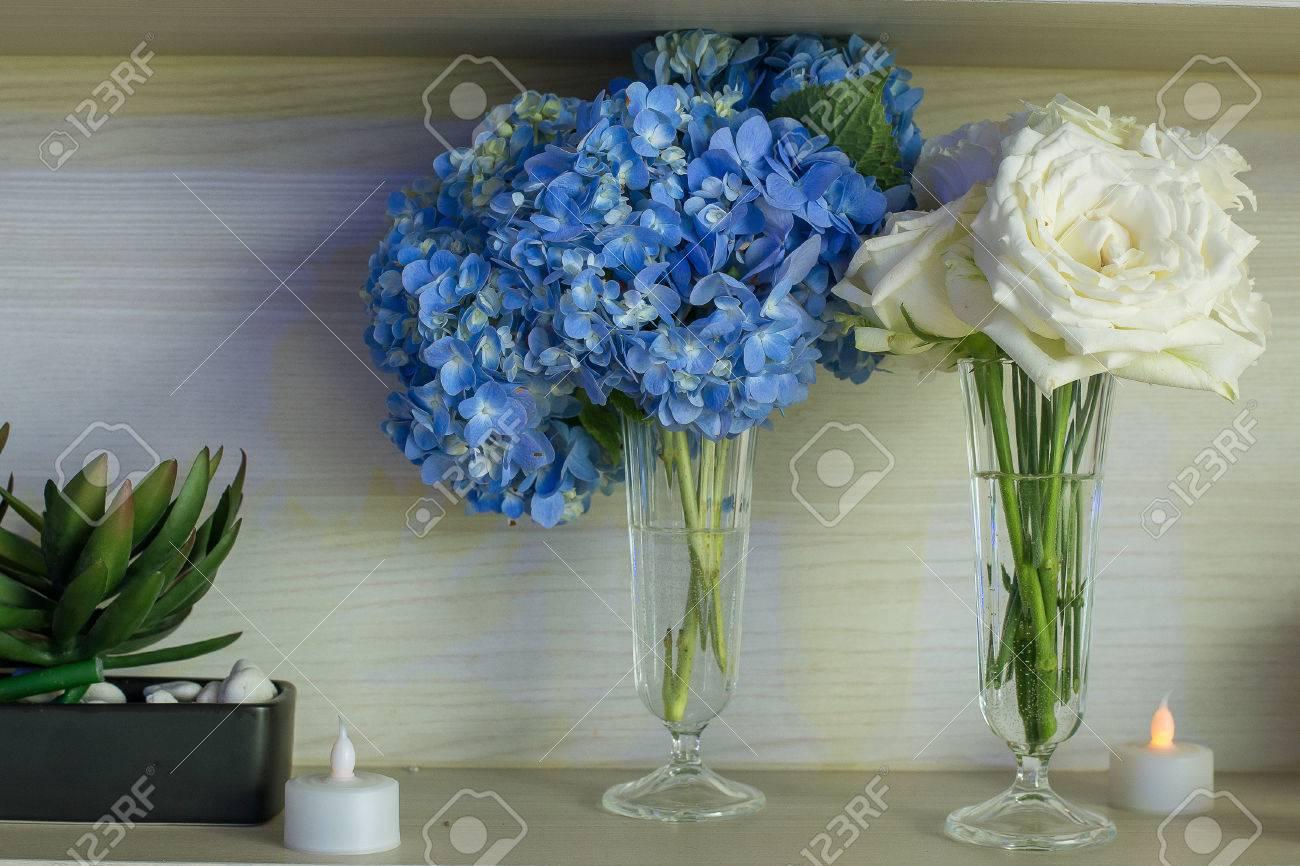 dekorieren sie mit blauen hortensie weiße rose lizenzfreie fotos