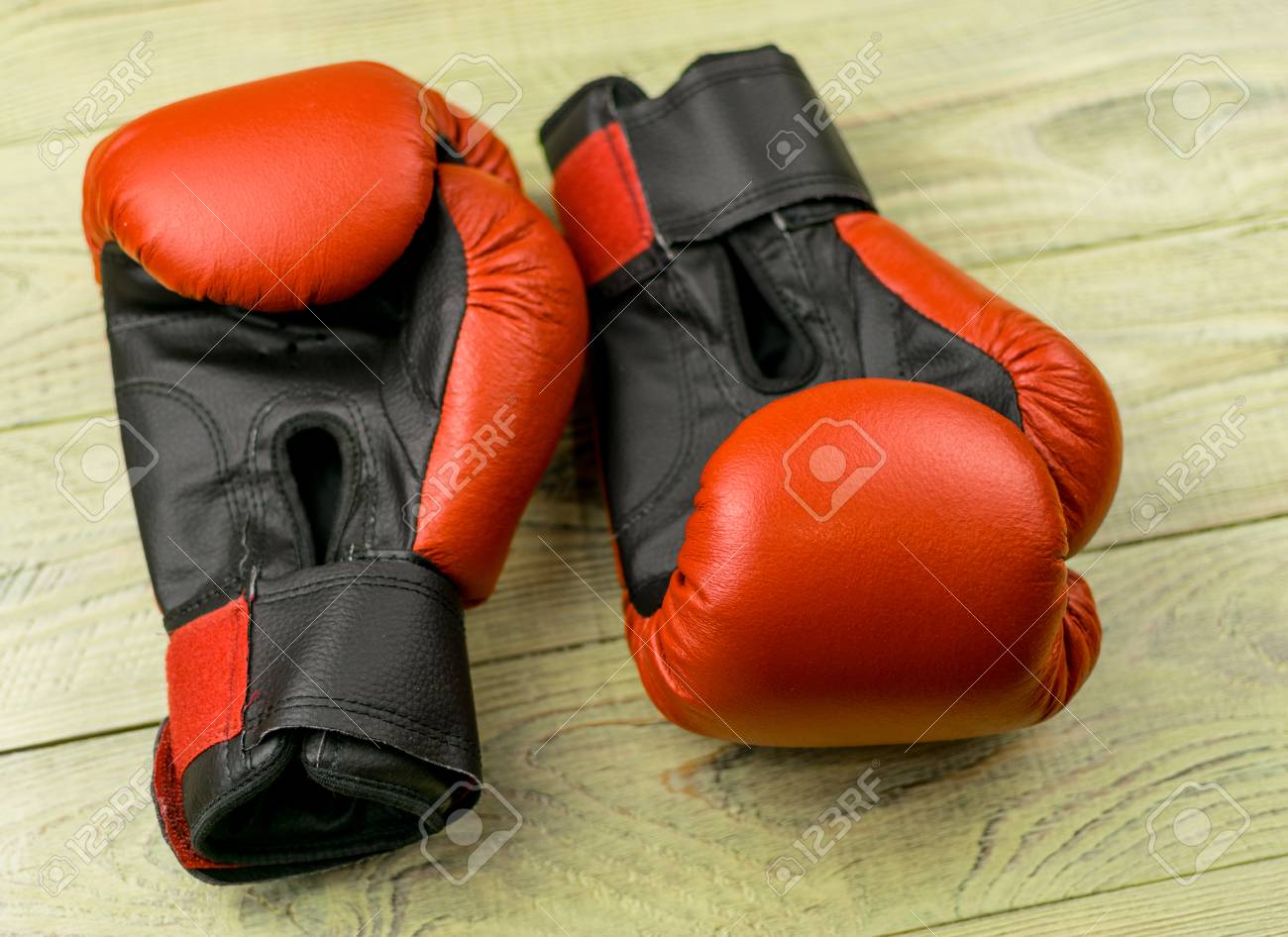 boxing gloves on a wooden background ロイヤリティーフリーフォト
