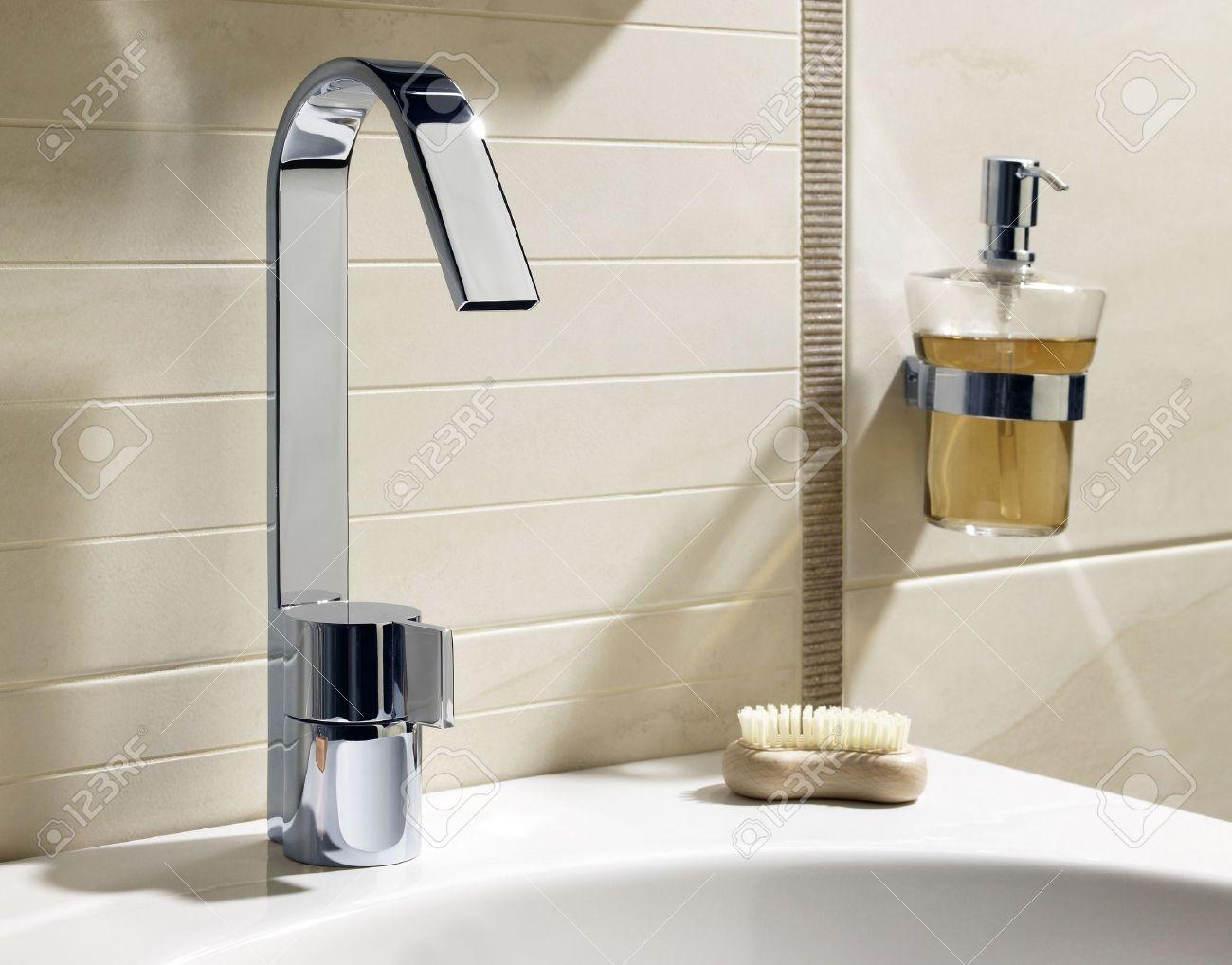Robinet, savon liquide et d'un lavabo blanc dans salle de bain de ...