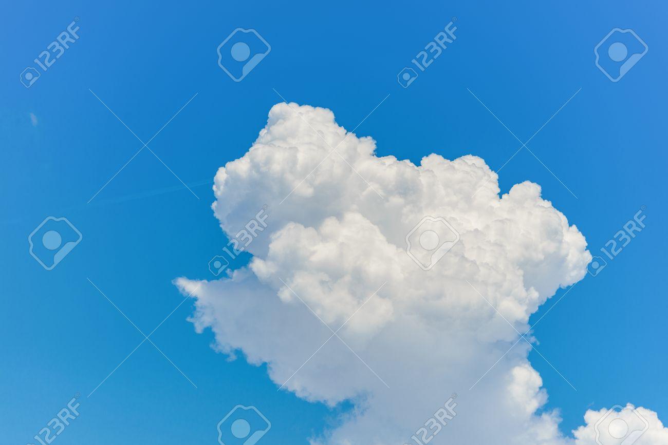 ♕ SPIRIT BRINGERS: EMPYREAN REALM. (SAGA DE DENEB - GRAN TORNEO) - Página 6 34874125-Nube-causada-por-la-agregaci-n-o-aglutinaci-n-de-vapor-con-el-tiempo-se-condensa-y-cae-en-forma-de-l-Foto-de-archivo