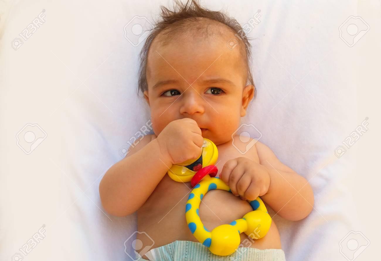 46fb12d86bb3 3 meses de edad bebé jugando con juguete de dentición Foto de archivo -  81837396