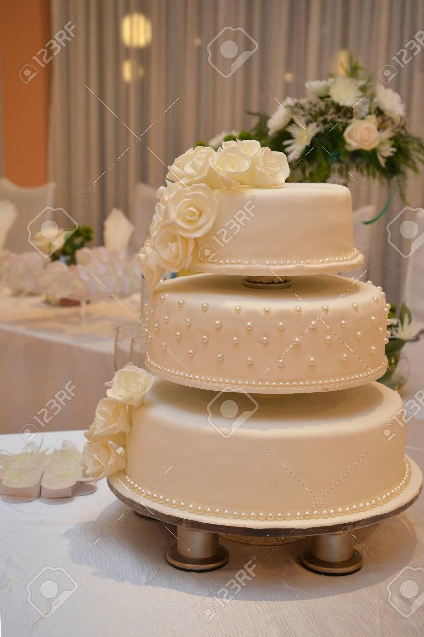 Hochzeitstorte Mit Weissen Rosen Lizenzfreie Fotos Bilder Und Stock