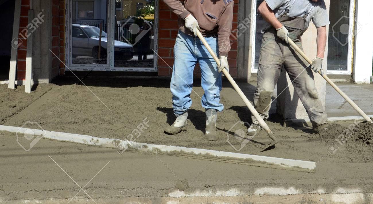 Bild Von Einem Arbeiter Glatten Betonieren Der Boden Lizenzfreie