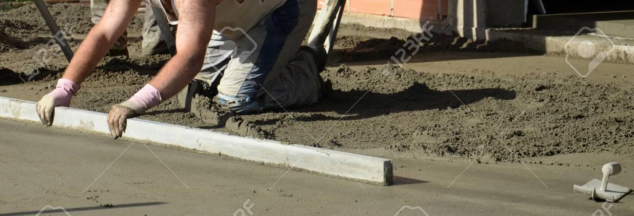 Glatten Betonieren Der Boden Bild Eines Arbeitnehmers Lizenzfreie