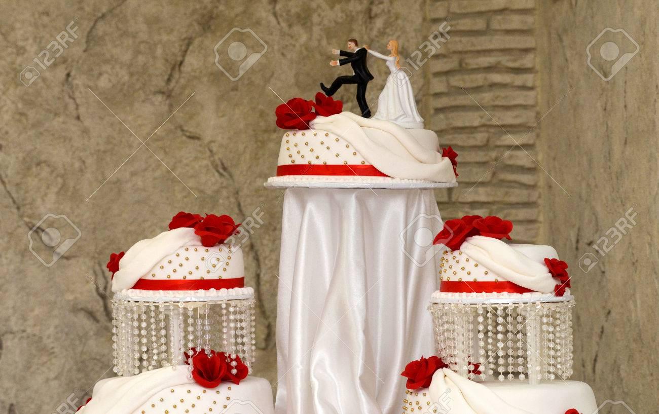 Image Dun Gâteau De Mariage Blanc Avec Des Roses Rouges