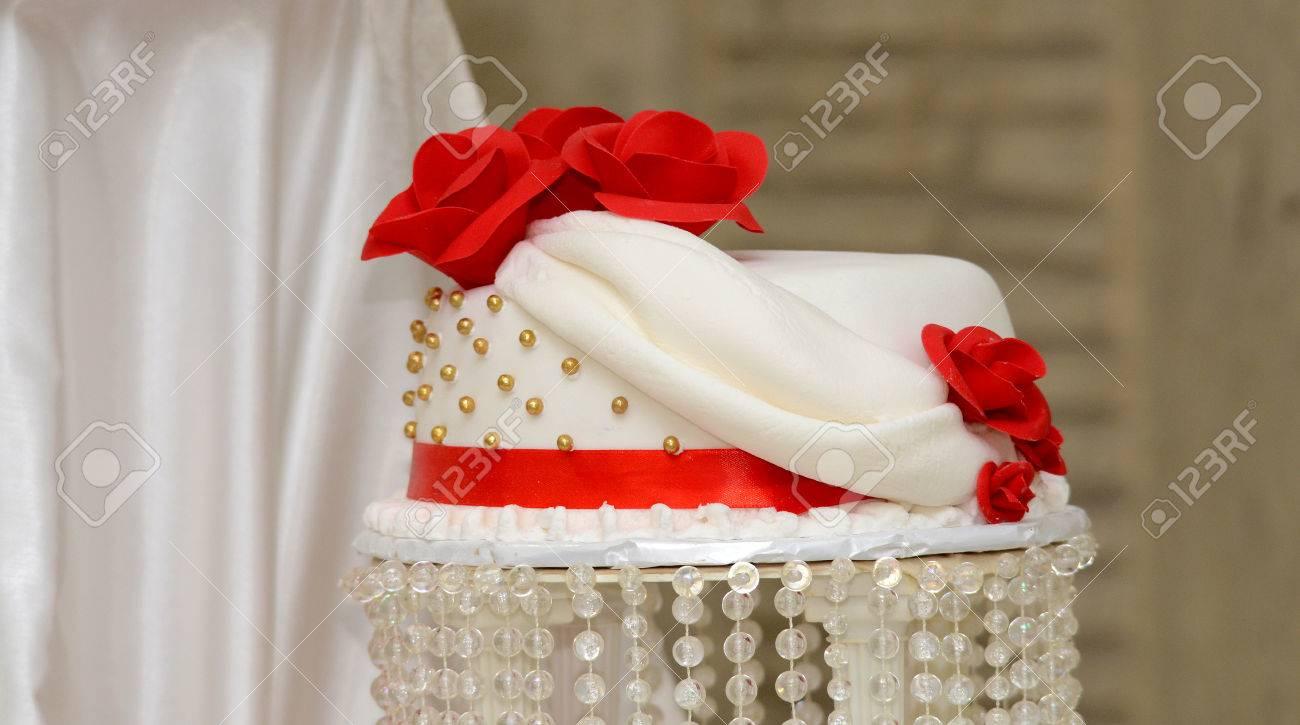 Bild Von Einem Weissen Hochzeitstorte Mit Roten Rosen Lizenzfreie