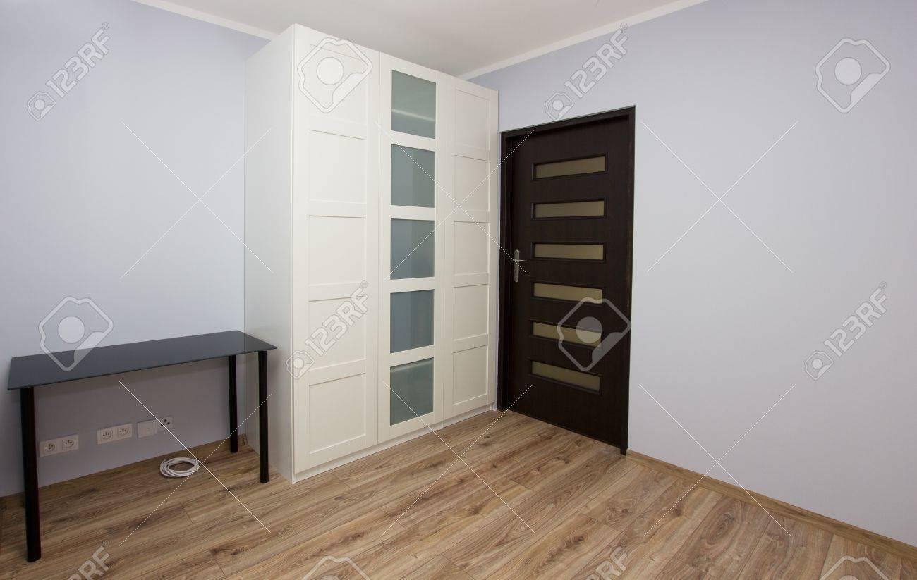 intrieur de la chambre moderne avec grande armoire blanche banque dimages 19080775 - Armoire Chambre Moderne