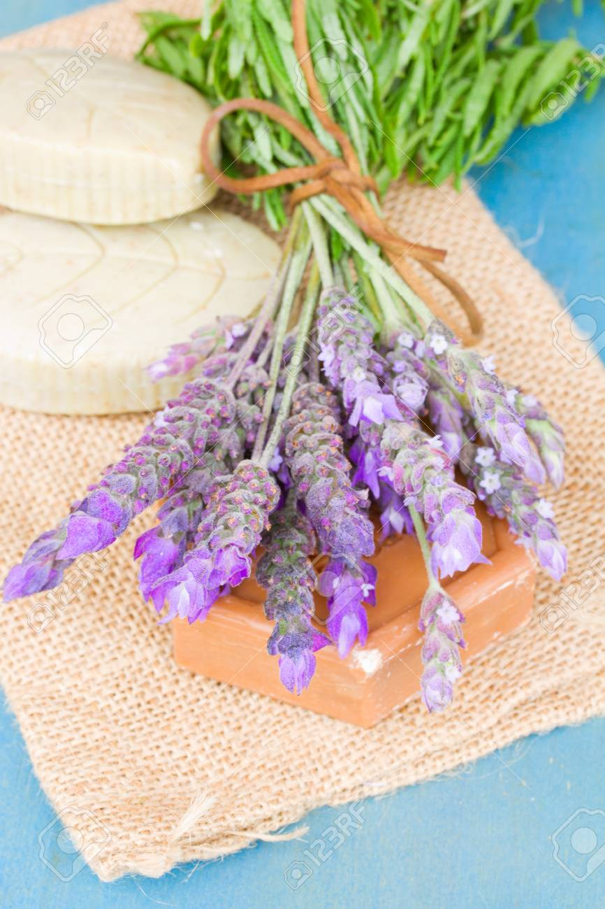 Lavendel Frische Blumen Und Seife Auf Blauem Tisch Lizenzfreie Fotos