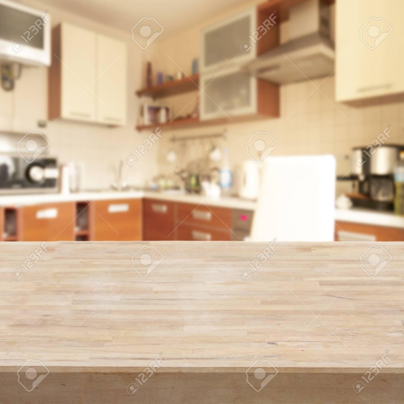 Mesa de madera vacío en una cocina moderna ligera