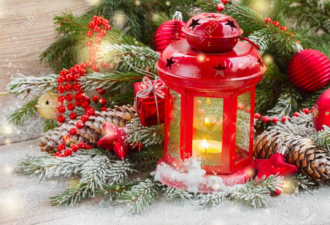 Weihnachten Rot Leuchtende Laterne Mit Immergrüner Baum Und Funkelt ...