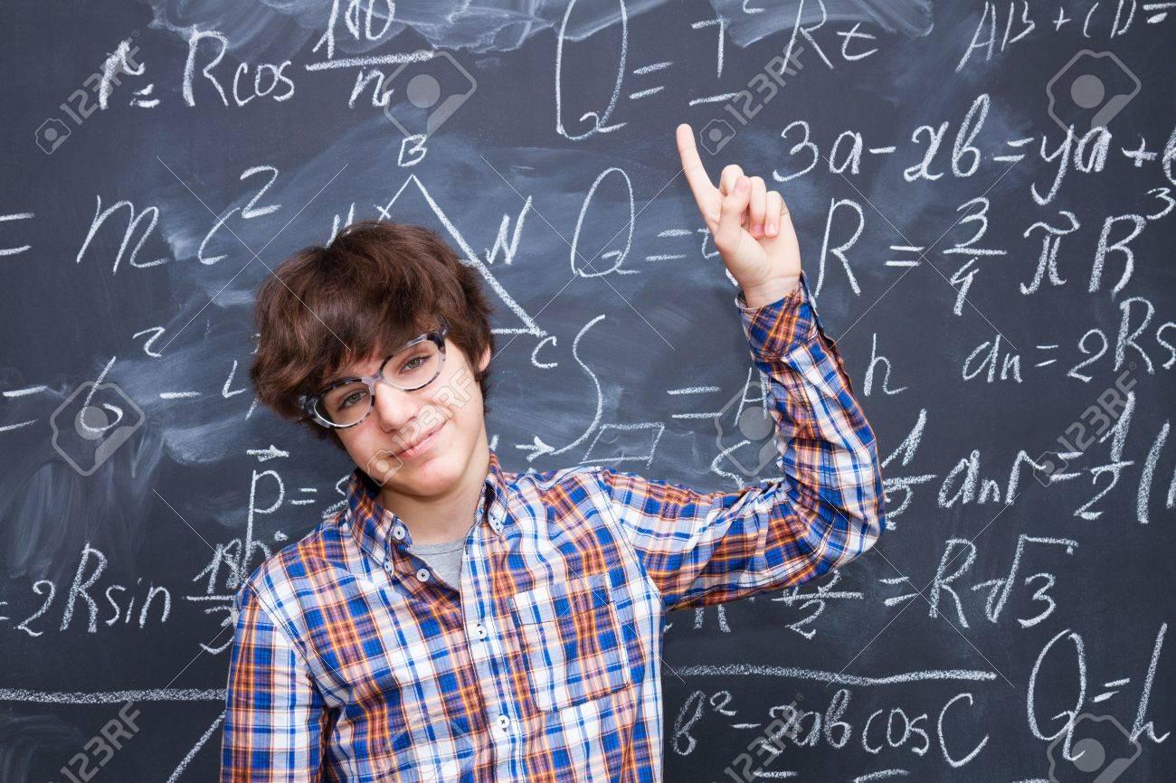 Garcon Dans Des Verres Tableau Noir Rempli De Formules Mathematiques Fond Banque D Images Et Photos Libres De Droits Image 57710409
