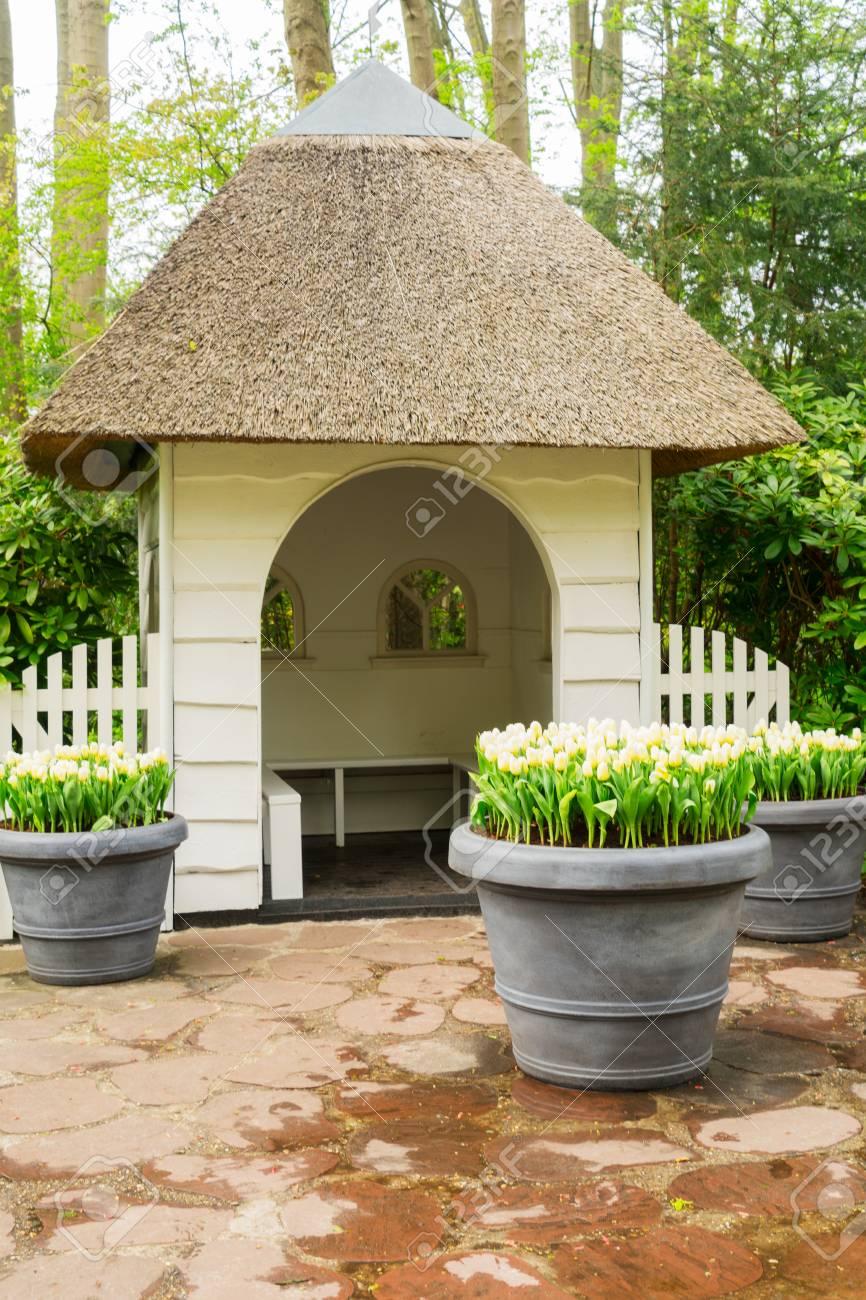 weiße kleine gartenhaus im keukenhof frühlingsgarten lizenzfreie
