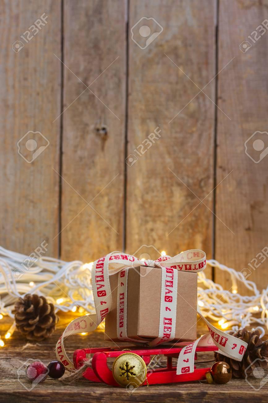 Eine Handgemachte Geschenkbox Auf Schlitten Mit Weihnachtslichtern ...
