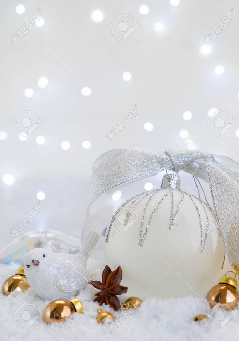 雪でホワイト クリスマス銀の弓と鳥で白いボールをクローズ アップ の ...