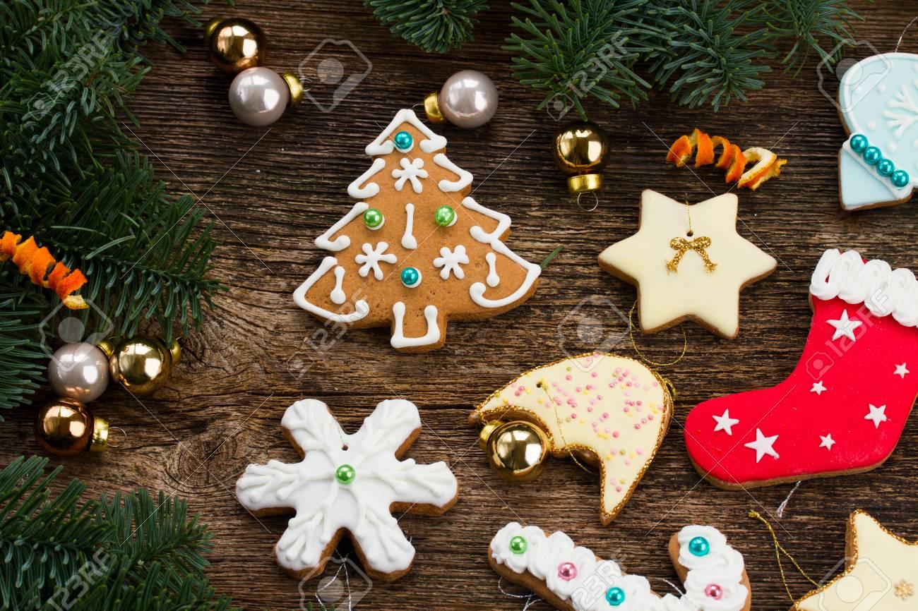 Standard Bild   Weihnachtslebkuchenplätzchen Mit Weihnachtsdekorationen Und  Immergrüner Baum Auf Holz