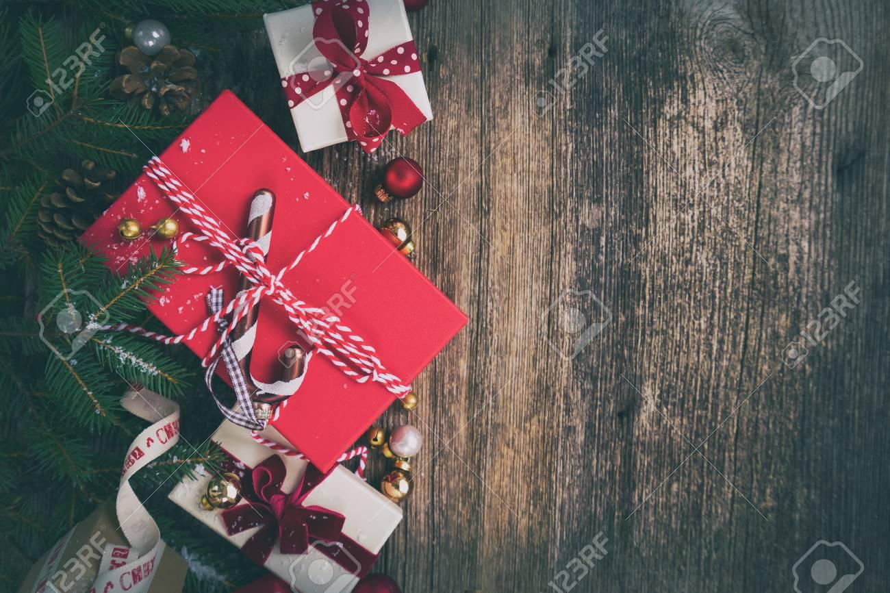 Regali Di Natale Di Carta.Regalo Di Natale Che Da Concetto Regali Di Natale In Scatole Di Carta Rosse Sulla Tavola Di Legno Disposizione Piana Con Lo Spazio Della Copia