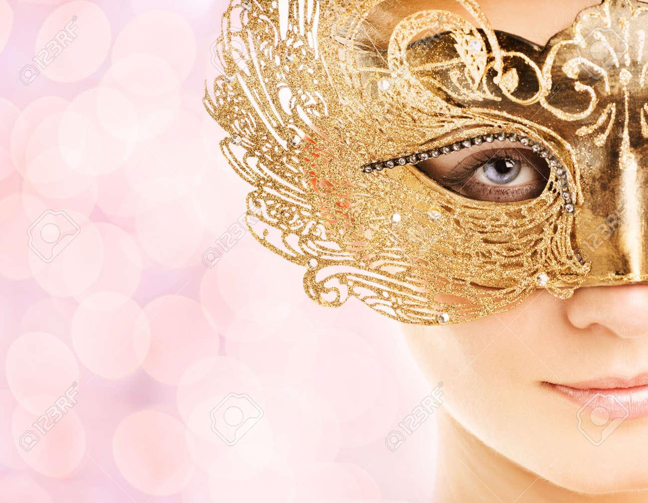 Bella giovane donna in maschera di carnevale Archivio Fotografico - 3733370