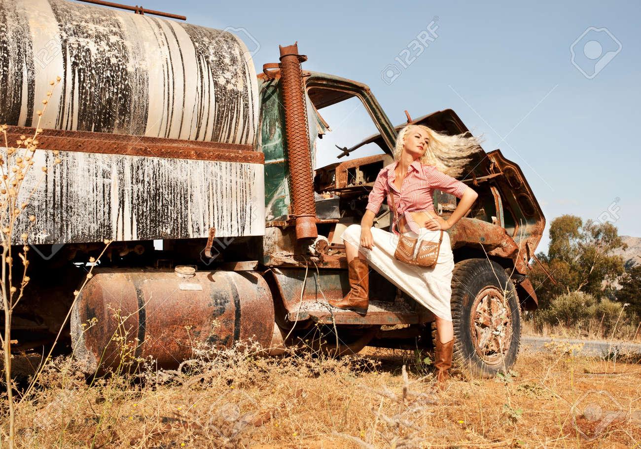 attractive femme blonde proximit dun vieux camion banque dimages