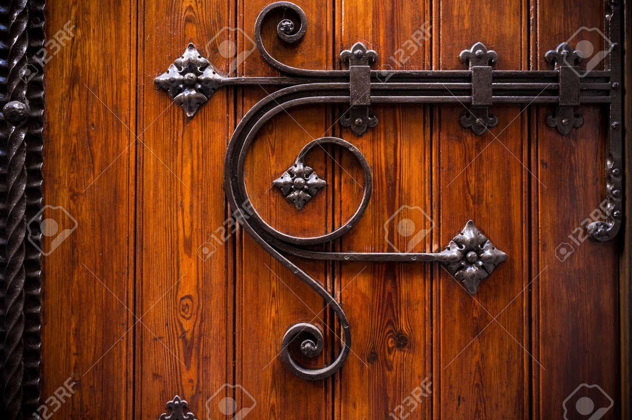 Как сделать железные двери с ковкой