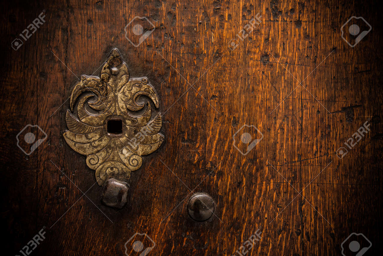 Keyhole on old wooden door Stock Photo - 17652799