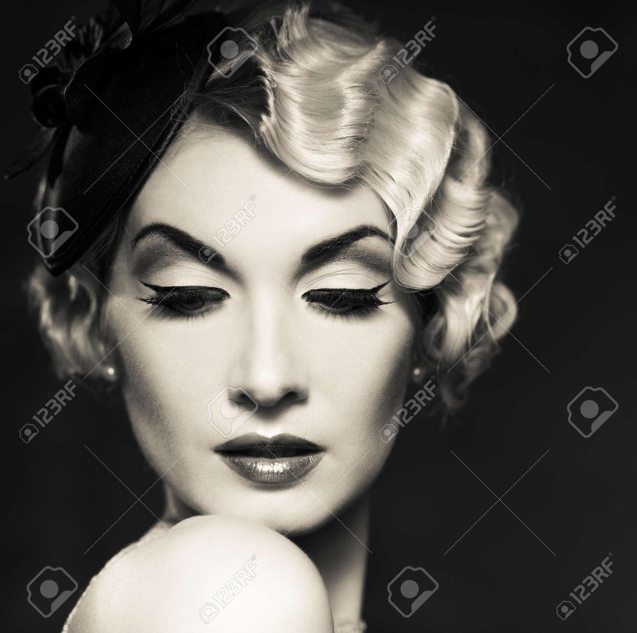 Monocromo Retrato De Mujer Elegante Retro Rubia Con Peinado Bonito Y