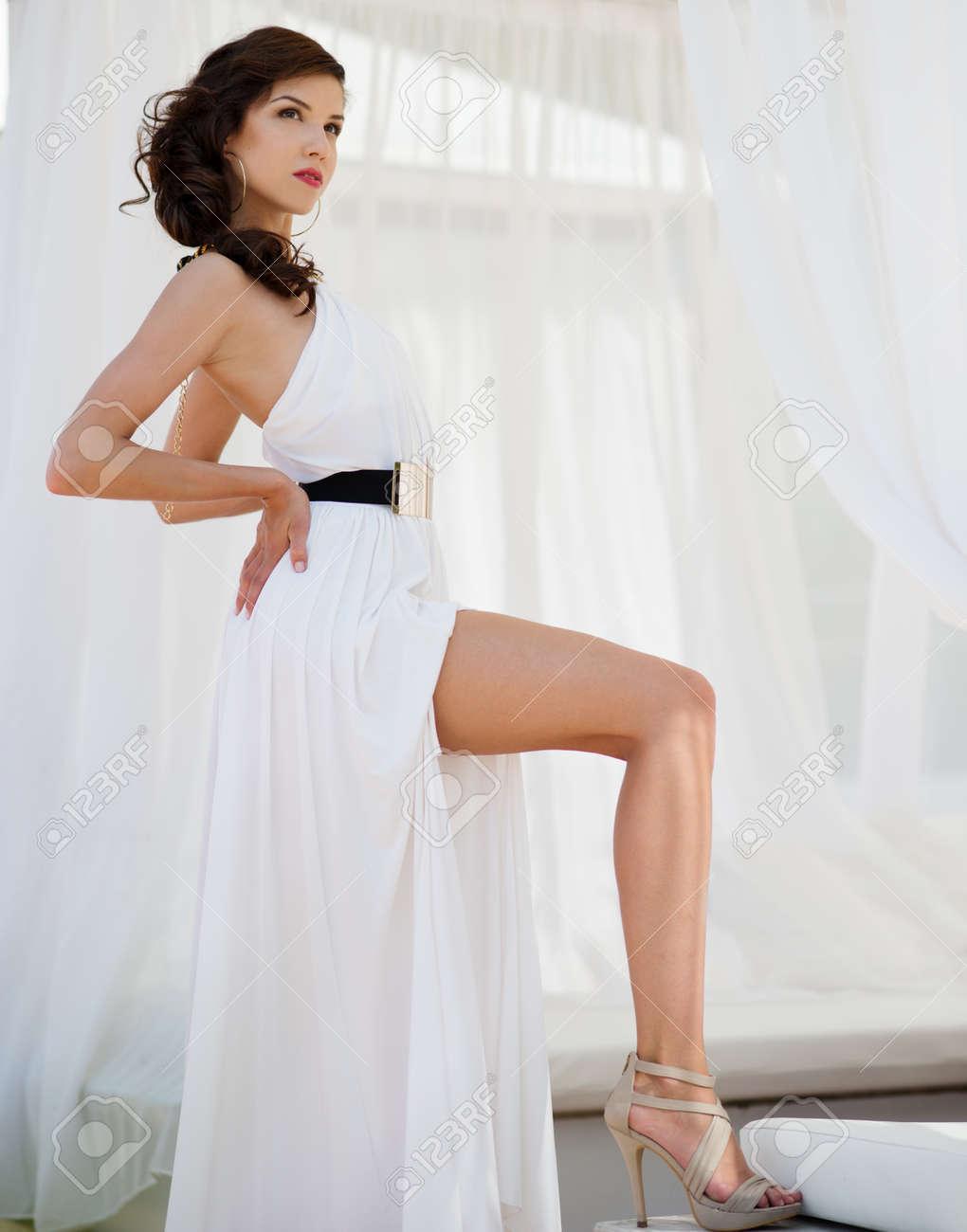 Beautiful Sexy Brünette Mädchen In Weißen Cocktail-Kleid Unter ...