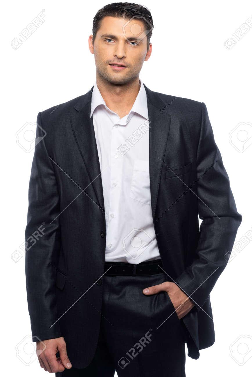 Homme En Costume beau jeune homme en costume noir et chemise blanche isolé sur fond